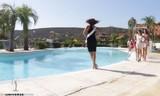 Mải 'bung lụa', thí sinh HHHV Tây Ban Nha lao thẳng xuống hồ bơi
