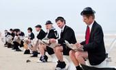 Biểu tình trên bãi biển bằng cách … tụt quần