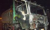 Xe tải bốc cháy trong đêm