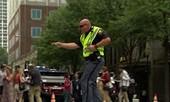 Cảnh sát vừa nhảy vừa điều khiển giao thông