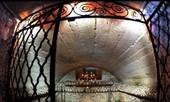 'Toát mồ hôi' ngắm ngôi nhà xương người tại Áo