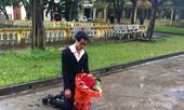 Quỳ giữa mưa lạnh xin lỗi bạn gái xôn xao ĐH Sân khấu ĐA