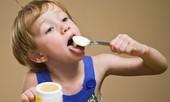Cho trẻ ăn váng sữa một cách khoa học