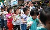 Gần 1000 trẻ em có hoàn cảnh khó khăn được vui Trung thu tại đường Sách