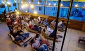 Rạp chiếu trên sân thượng thu hút giới trẻ Sài Gòn