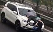 Xôn xao cô gái rủ tình mới đu bám xe hơi của bạn trai cũ để đòi nợ