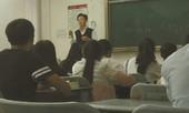 Sinh viên nghẹn ngào khi biết lí do giáo sư mang mẹ già lên giảng đường