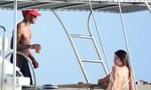 Lewis Hamilton mở tiệc bikini trên du thuyền với dàn người đẹp