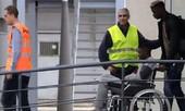 'Bom tấn' Barca ngồi xe lăn tới Phần Lan phẫu thuật