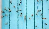 Nước bể bơi thường bị nhiễm khuẩn như thế nào?