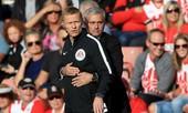 Mourinho bị đuổi ở trận gặp Southampton vì... 'âu yếm' trọng tài