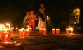 Lung linh ánh nến trước cổng nhà Đại tướng Võ Nguyên Giáp