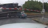 Kẹt giữa đường ray, ôtô bị tàu hỏa vò nát
