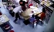 Bồi bàn Trung Quốc trượt chân đổ nồi lẩu bốc khói lên bé trai