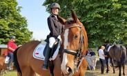 Bại liệt nửa người, nữ sinh viên vẫn đoạt giải cao ở cuộc thi đua ngựa