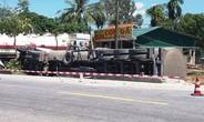 Kinh hãi xe bồn chở hơn 46.000 lít dung môi lật sát nhà dân