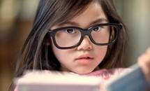 Mẹo giúp đôi mắt cận của bé không tăng độ