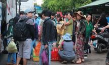 Hết nghỉ lễ, vẫn còn hàng nghìn người đổ về TPHCM
