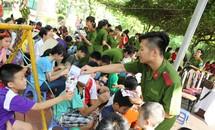 Sinh viên Học viện Cảnh sát tặng quà trẻ em làng SOS
