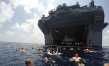 Được nghỉ, lính Mỹ tung tăng bơi lội cạnh tàu chiến