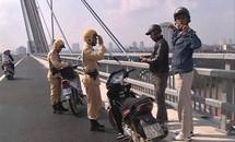 Kiên quyết xử lý trường hợp dừng đỗ xe trên cầu Nhật Tân