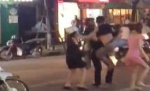 Hà Nội: Rút hung khí truy sát người đi đường vì 'bị nhìn đểu'