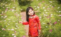 Em bé Hà Nội diện áo dài gấm đón Xuân