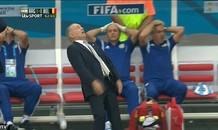 [VIDEO] HLV Alejandro Sabella suýt ngã lộn cổ vì... tiếc
