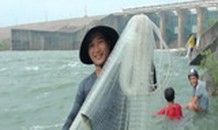 Mục kích người dân quăng lưới bắt cá khi hồ Trị An xả lũ