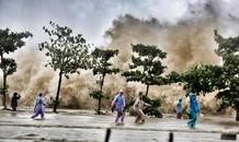 Hình ảnh sóng dữ khủng khiếp ở biển Sầm Sơn
