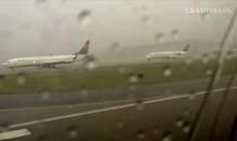Thót tim nhìn lại những khoảnh khắc máy bay bị sét đánh
