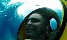 Thích thú trò chơi 'lái xe' ngắm cảnh dưới... đáy đại dương