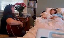Con gái ung thư rơi vào hôn mê sâu, ông bố ghi lại khoảnh khắc xúc động