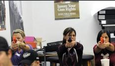 Giáo viên Mỹ học cách đoạt súng của khủng bố