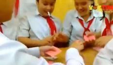 Mặc kệ cô giáo học sinh hồn nhiên chơi bài