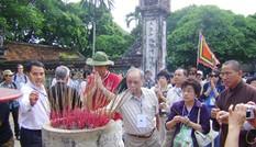 Kiều bào dâng hương tại Đền Đô
