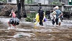 Người dân Nghệ An chạy bão trong nước lũ