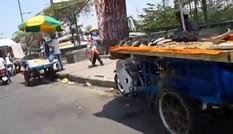 """TPHCM: Hàng rong """"tấn công"""" cầu Tham Lương"""