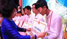 Phó Chủ tịch nước trao học bổng cho sinh viên nghèo hiếu học