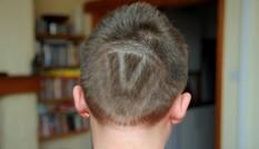Bị đuổi học vì… cạo tóc hình logo Volkswagen