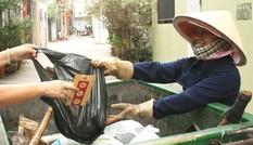 Món quà vô giá của người mẹ quét rác