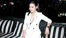 Á hậu Tú Anh mặc 'cây' vest trắng muốt, khoe vòng một gợi cảm