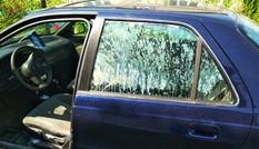 Ô tô suýt bị thiêu rụi vì chai nước bỏ quên: Bạn đừng nên bắt chước