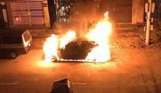 Xe Mercedes cháy rụi trong đêm, nghi bị đốt