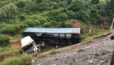 Xe container mất lái lao xuống vực, lái phụ xe văng ra ngoài