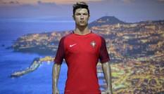 Quê nhà gặp nạn, Ronaldo vung tiền hỗ trợ