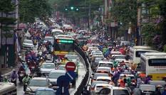 Nhiều tuyến đường Hà Nội tê liệt dưới trời mưa