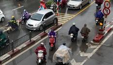 Giao thông Hà Nội hỗn loạn dưới cơn mưa đầu mùa