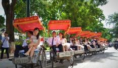 Gần 100 cô dâu – chú rể 'đại náo' đường phố Hà thành