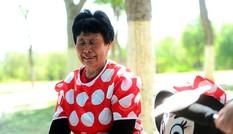 Mẹ chồng đóng vai chuột Minnie kiếm tiền chữa bệnh cho con dâu